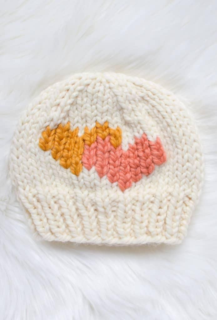 Yinelenen Dikiş Kalp Eğitimi - örgülerinize yinelenen bir dikiş kalbi nasıl eklenir!  Www.kniftyknittings.com'dan ücretsiz grafik ve video eğitimi #knitting #knittingtutorial #valentinesknits